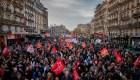 Paris, semiparalizada por protestas contra reforma de Macron
