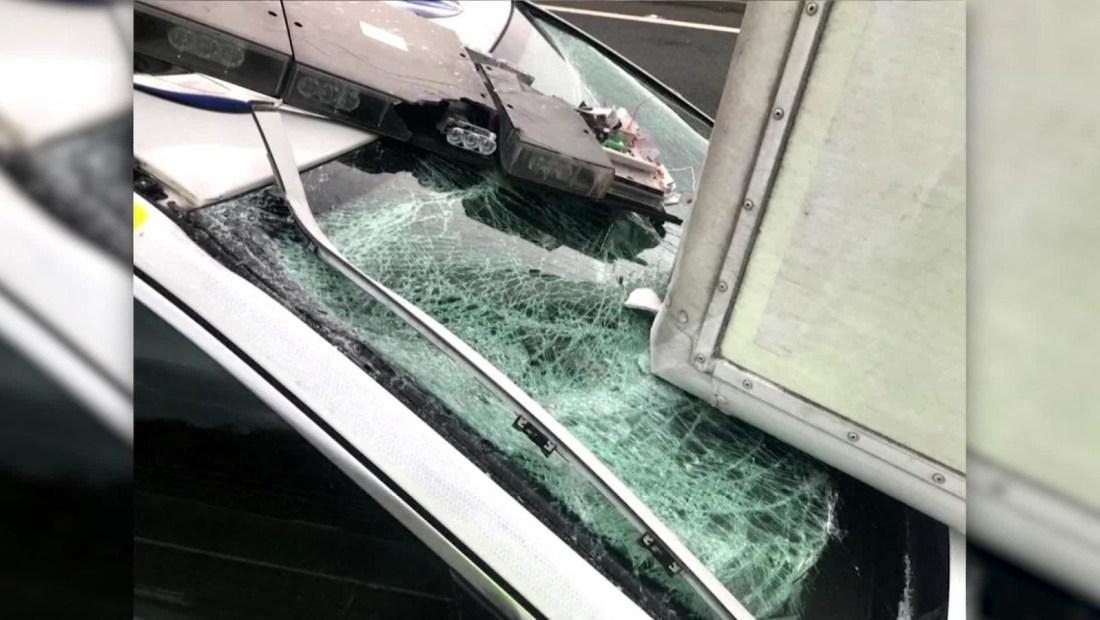 El viento empujó a un camión y aplastó a una patrulla