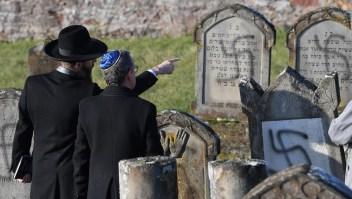 Profanan tumbas judías con símbolos antisemitas