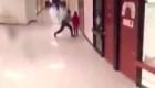 Policía escolar golpeó y tiró contra el piso a un niño