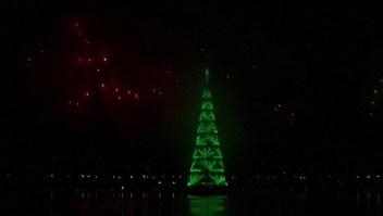 Rio de Janeiro enciende el árbol de Navidad flotante