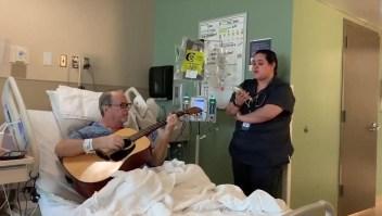 Enfermera y paciente entonan canción a dúo