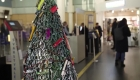 Este aeropuerto creó un árbol de Navidad con objetos confiscados a viajeros