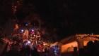 Decoración navideña en una cueva convoca a multitudes