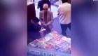 Renuncia embajador acusado de robar un libro