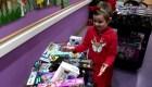 Niña de 6 años lleva regalos navideños al hospital donde fue tratada