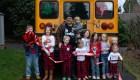 Abuelo regala a sus nietos un autobús escolar