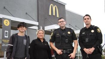 Empleados de McDonald's salvan a mujer que pedía ayuda
