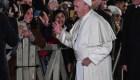 El papa Francisco, indignado, se aleja de una mujer que jaló su mano