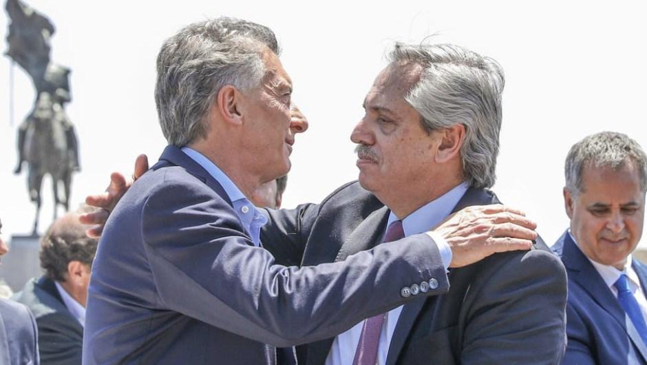 El abrazo entre Mauricio Macri y Alberto Fernández. (Foto de Télam).
