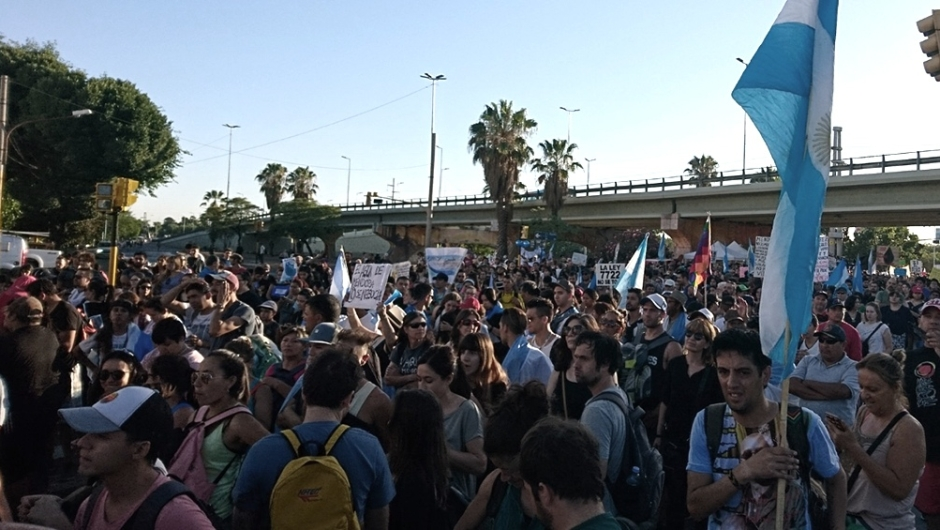 Multitudinaria marcha en Mendoza: advierten sobre los riesgos de modificar una ley minera. (Foto de Télam).