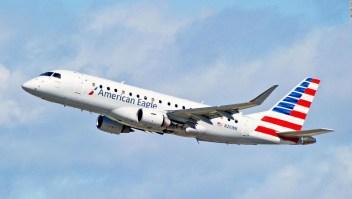 Un vuelo tuvo que regresar al aeropuerto después de que una pasajera fingió una enfermedad para obtener un mejor asiento, dice la policía