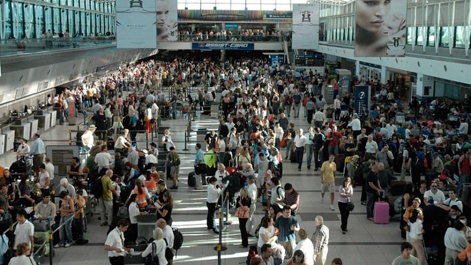 Por las crisis económicas, tres de cada cuatro argentinos consideraron irse del país. (Foto de Télam).
