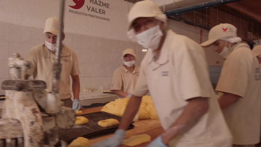 Una panadería detrás de las rejas
