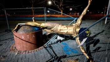 Vandalizan de nuevo estatua de Zlatan Ibrahimovic en Malmo, Suecia