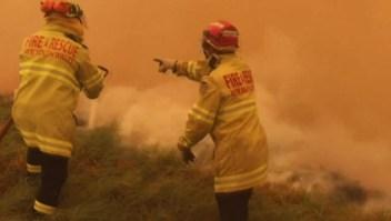 Australianos se refugian cerca del agua ante avance del fuego