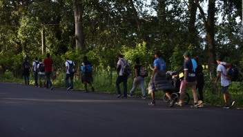 Migrantes llegan a Guatemala y siguen camino hacia México