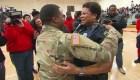 Emotivo reencuentro de una madre con su hijo militar