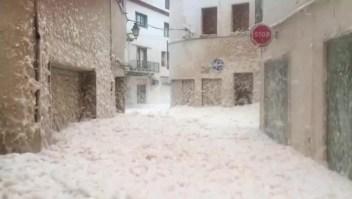 Espuma de mar inundó un pueblo en España