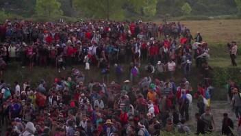 Migrantes de la caravana buscan entrar a México a escondidas