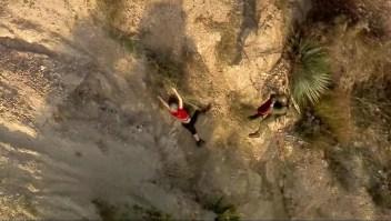 Rescatan a senderistas que cayeron en acantilado