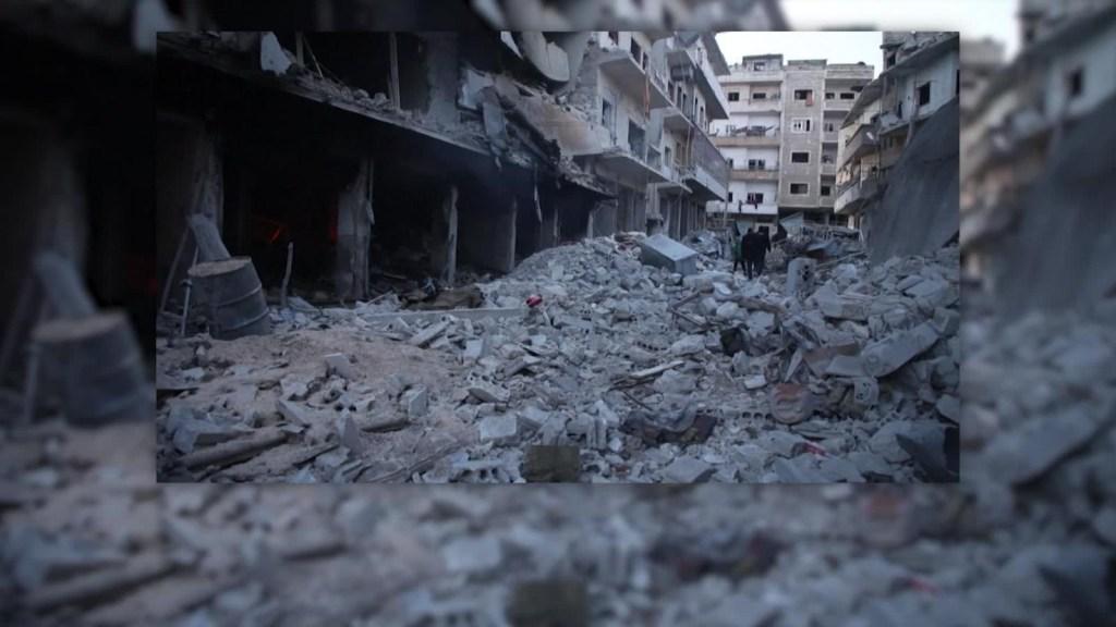 Recuperan cuerpos de las víctimas tras bombardeos en Siria