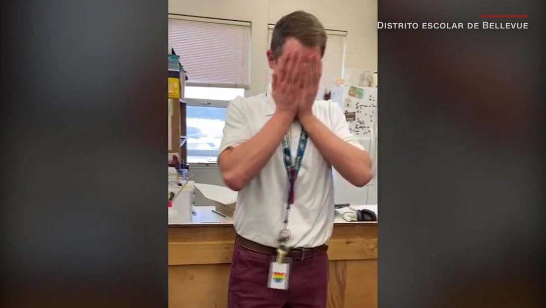 Estudiantes sorprenden a profesor con zapatos de regalo