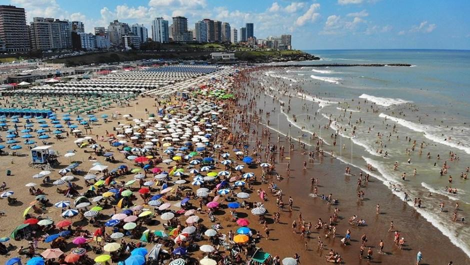 Mar del Plata: aseguran que el agua registra la temperatura media más baja en seis años. (Foto de Télam).