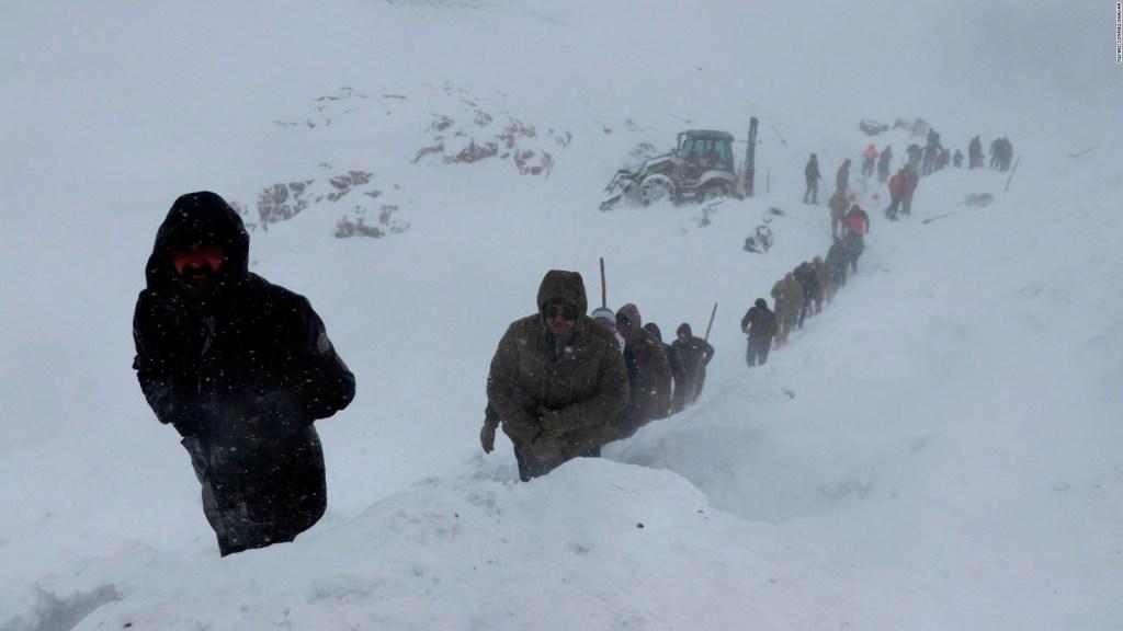 Decenas de rescatistas mueren en avalancha