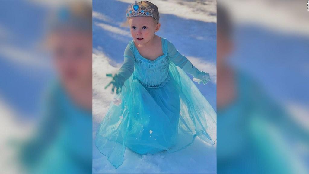 """Niña interpretando a Elsa de """"Frozen"""" se hace viral"""