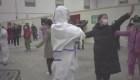 Infectados por el coronavirus bailan para mantenerse positivos