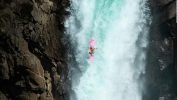 Salta con su kayak desde más de 40 metros