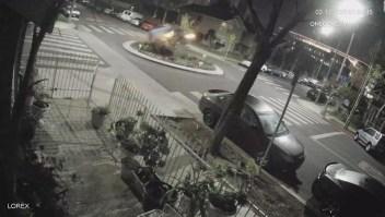 Un auto chocó y salió disparado por el aire