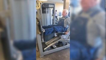 Con 91 años hace ejercicio con un overol de mezclilla