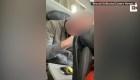 Dos pasajeros pelean por reclinar el asiento en un avión