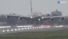 Aterrizaje casi vertical de un avión en plena tormenta