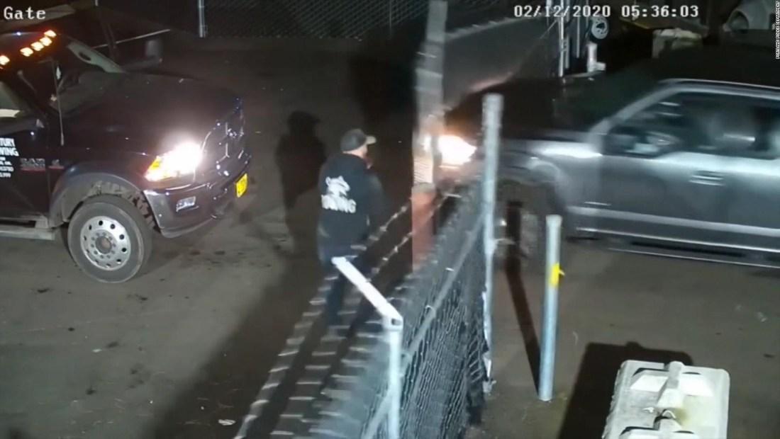 Hombre escapa por poco la embestida de una camioneta