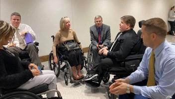 Desafió a políticos a usar una silla de ruedas por un día