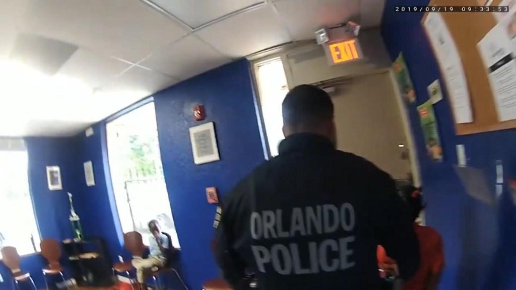 Video muestra a dos policías arrestando a niña de 6 años
