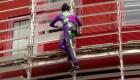 El hombre araña francés escala un edificio para concienciar sobre el coronavirus
