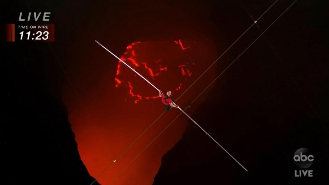 Mira Nik Wallenda caminar sobre un volcán activo