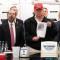 Trump visita los CDC usando una gorra roja de su campaña