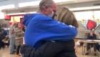 Se recupera de coronavirus y vuelve a abrazar a su esposa
