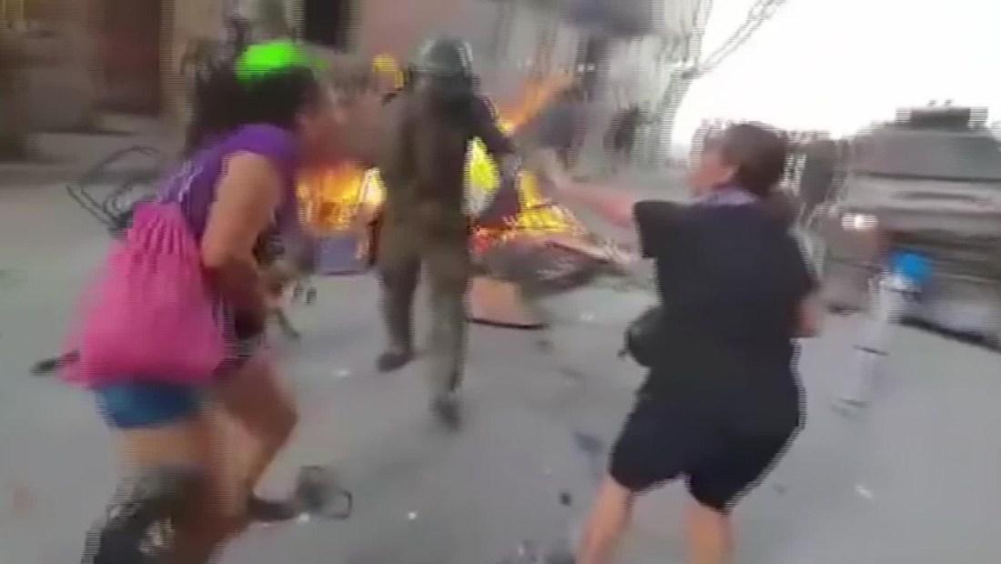 Impactante golpiza de carabineros a un adulto mayor en Chile