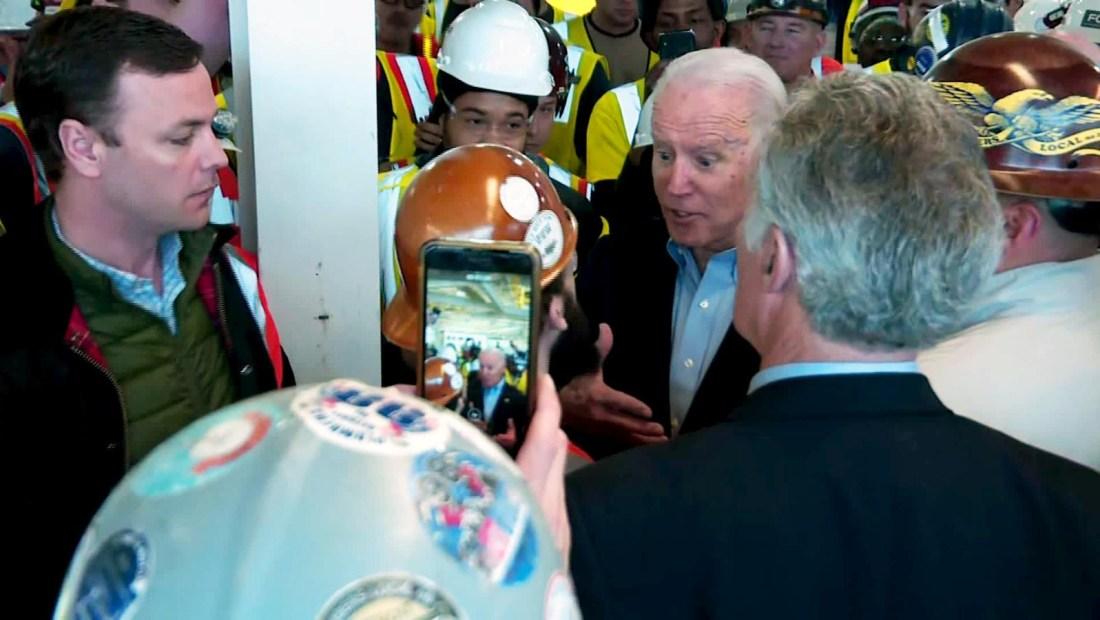 Biden discute con un trabajador sobre control de armas