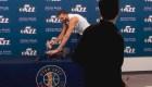 Críticas a jugador de NBA por tocar micrófonos