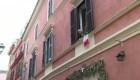 Italianos en cuarentena cantan desde los balcones