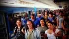 Pese al coronavirus, argentinos viajan hacinados en transporte