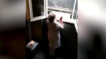 Cumplió 80 durante la cuarentena y sus vecinos le cantaron