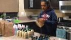 Shaivi Shah reparte desinfectante a desamparados en California